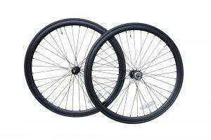 Coppia ruote profilo nero opaco da 35 mm. Complete di copertoni.