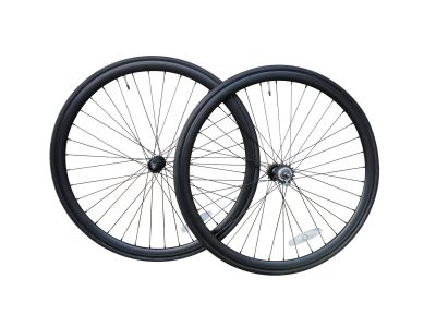 Laufradsatz schwarz 35 mm mit Reifen.