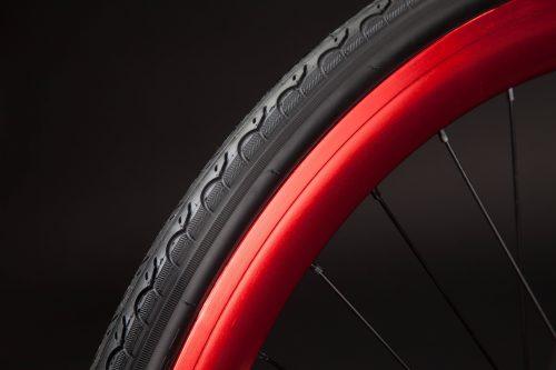 Bici fissa cerchio rosso e copertone anteriore