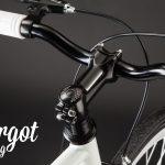 Pipa manubrio e parti nere di bici fixed bianca luminosa al buio