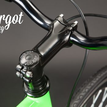 Stem e parti nere di bici fixed verde