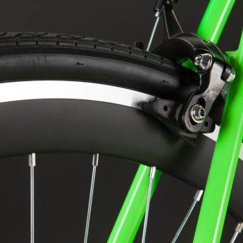 Bici a scatto fisso verde dettaglio freno e ruota posteriore