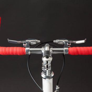 Manubrio bullhorn rosso su bici a scatto fisso