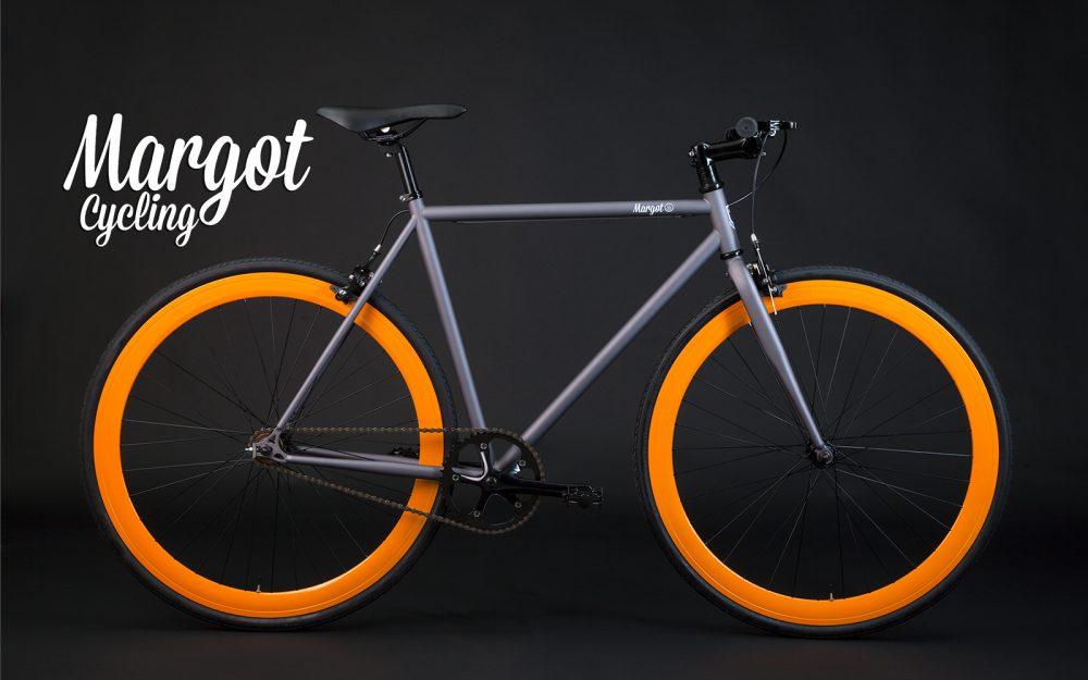 Bici fixed telaio grigio con cerchi arancioni