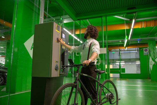 Bici elettrica da città leggera e maneggevole.