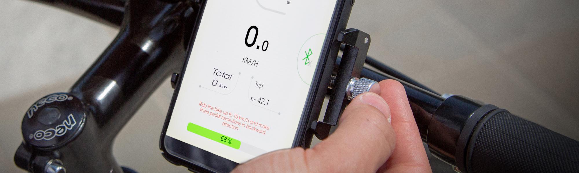 Lo smartphone è fissato alla bici elettrica OLYMPUS con un sicuro supporto in dotazione.