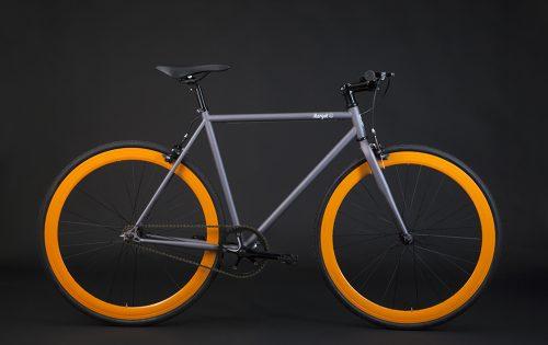 Bici scatto fisso grigio arancio: telio grigio e cerchi arancione